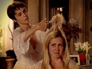 Nina (Débora Falabella) corta os cabelos de Carminha (Adriana Esteves) em cena da novela 'Avenida Brasil' (Foto: Reprodução/TV Globo)