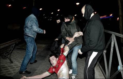 Policías de paisano intentan detener a un joven después de los disturbios del 'Asesio al Congreso'.
