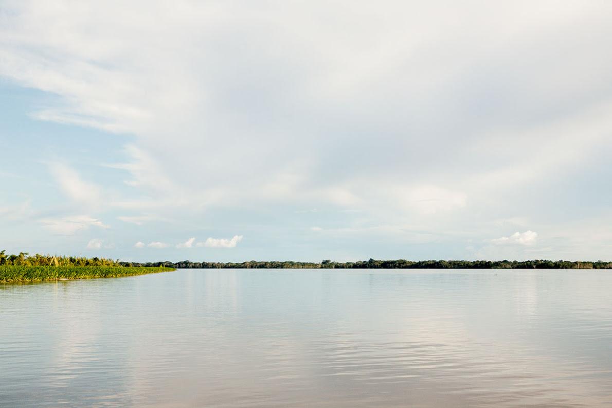 Ο Αμαζόνιος κυλά πάντα με σταθερή, ήρεμη ροή. Ίσως είναι ο μοναδικός ποταμός του πλανήτη Γη που δεν πλημμυρίζει. Γι' αυτό και κάποιοι επιστήμονες ισχυρίζονται τελευταία ότι ίσως πρόκειται για ποταμό που έγινε τεχνητά από τους Ινδιάνους.
