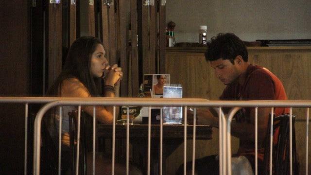 Carolina Portaluppi no bar com um rapaz