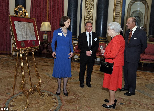 Królowa na obchodach 800 rocznicy Magna Carta / Książę Karol z Camillą odwiedzą USA + więcej.