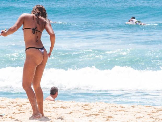 Primeiro dia de verão na praia de Ipanema, na Zona Sul do Rio de Janeiro, neste domingo (21), onde muitos banhistas vieram à praia apesar do tempo nublado. Mesmo com a proibicao, muitos banhistas jogavam altinha na beira d´agua. (Foto: BRUNO DE LIMA/AGÊNCIA O DIA/ESTADÃO CONTEÚDO)