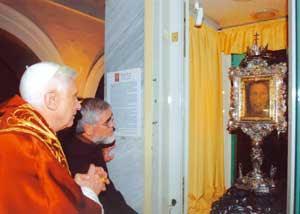 Benedicto XVI con el padre Carmine Cucinelli ante al Santo Rostro de Manoppello [© Santuario di Manoppello]
