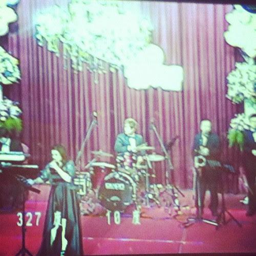 現場有爵士樂隊表演
