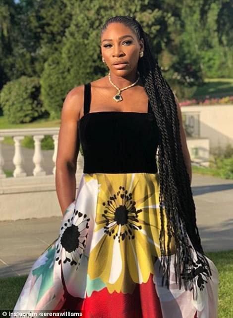 La leyenda del tenis Serena Williams publicó esta imagen de su colorido atuendo para la recepción nupcial de la casa Frogmore