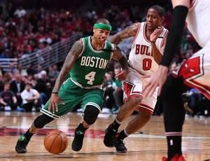 Isaiah Thomas do Boston Celtics, passa pela marcação de Isaiah Canaan, do Chicago Bulls (Foto: Reuters/Mike DiNovo-USA TODAY Sports)