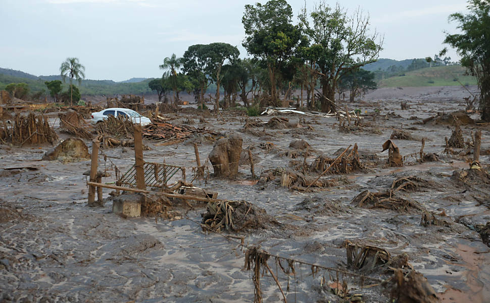 Escombros da vila de Bento Rodrigues, destruída por uma enxurrada de lama após rompimento de barragens nos município de Mariana (MG)