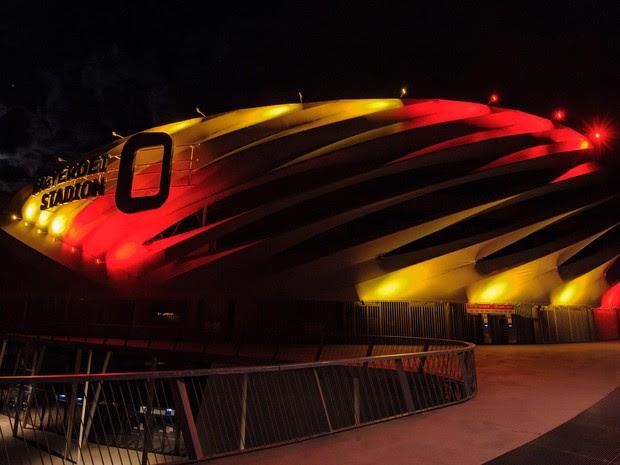 O estádio Nagyardei foi iluminado com as cores da bandeira da Bélgica em Debrecen, na Hungria  (Foto: Balazs Mohai/MTI via AP)