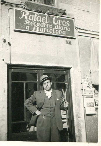 Rafel Cros i Arboix davant del despatx l'any 1955