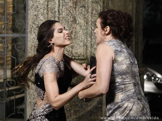 Leila agride até a mãe, Neide (Foto: Amor à Vida/ TV Globo)