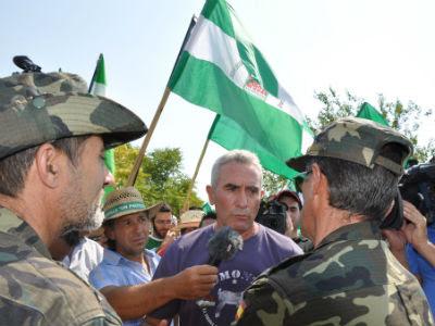 El líder del SAT, Diego Cañamero, charla con los militares tras la ocupación de una finca. (Foto publicada en la página del sindicato)