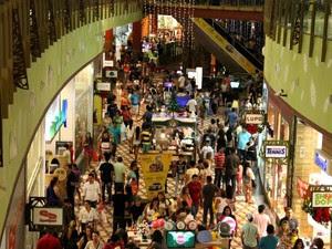 Às vésperas do Natal, movimento de consumidores nos shoppings de Manaus é intenso (Foto: Marcos Dantas/G1 AM)