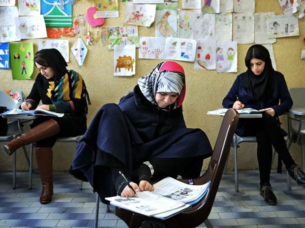 Quando criança, Zohreh Etezadossaltaneh estudou em escola especial, mas depois foi para o ensino regular e cursou psicologia (Foto: Ebrahim Noroozi/AP)