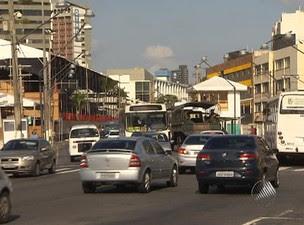 Trânsito é normal nas principais vias de Salvador nesta sexta-feira (9) (Foto: Reprodução/ TV Bahia)