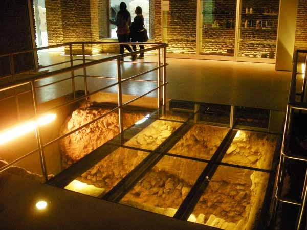http://inhabitat.com/wp-content/blogs.dir/1/files/2011/06/Buenos-Aires-Restored-Museo-Del-Bicentenario-9.jpg
