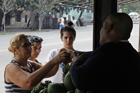 La población está inconforme con los precios de los agromercados. Foto: José Raúl Concepción/Cubadebate.
