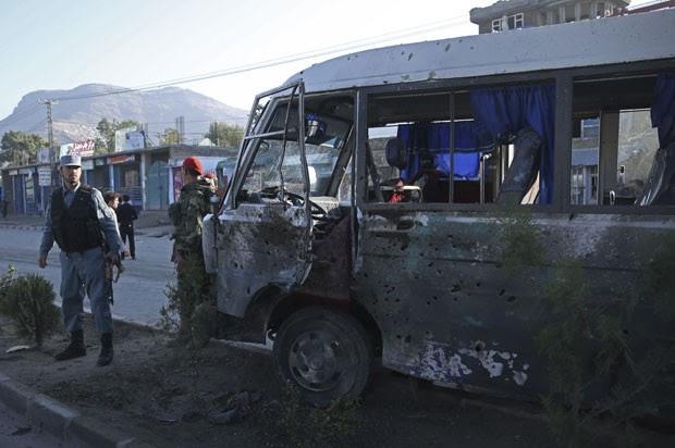 Explosão matou quatro soldados afegãos em Cabul nesta terça-feira (21) (Foto: Massoud Hossaini/AP)