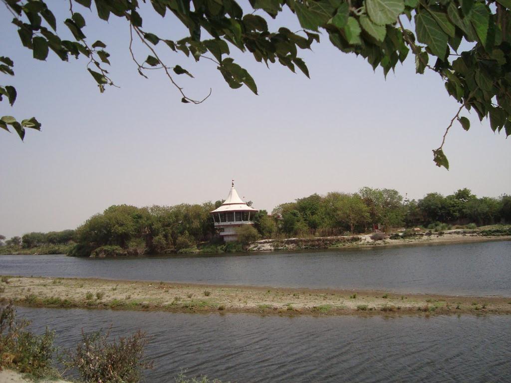 http://anandway.com/media/Sri-Devraha-Baba-Samadhi-Vrindavan-Photo_13AEB/DSC01477_3.jpg