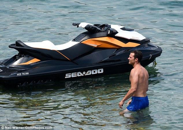 Jorrar fora: Jamie entrei para-altura da cintura em águas rasas