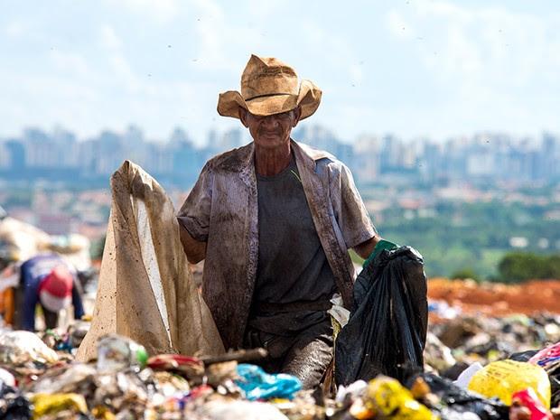 : O lixão fica a 15 quilômetros de distância do Palácio do Planalto e do alto se vê perfeitamente a Região Administrativa de Águas Claras e o Parque Nacional de Brasília.  (Foto: Paula Fróes)