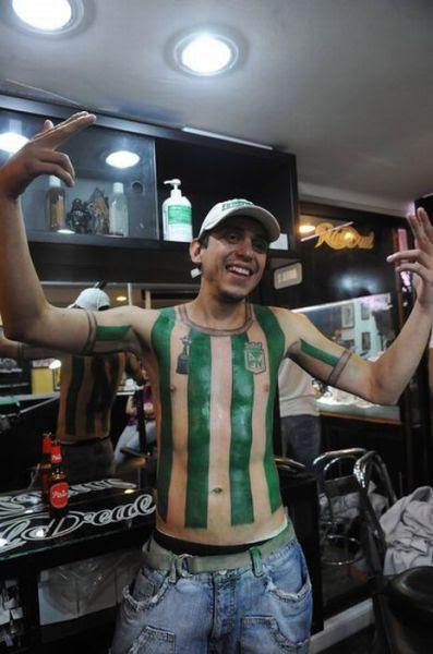 Fanatismo: torcedor tatua camisa do time em tamanho real 05