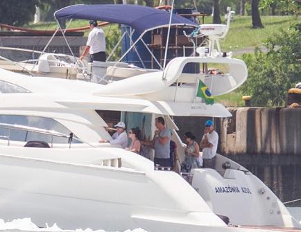 De férias no mar da Bahia a presidente Dilma (de boné branco) passeia com a família ((Foto: Ed Ferreira / Estadão Conteúdo)