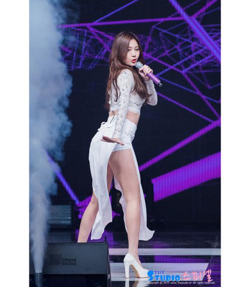 Trong nhóm, Yura là thành viên nổi trội nhất sau khi ký hợp đồng mua bảo hiểm đôi chân đẹp.