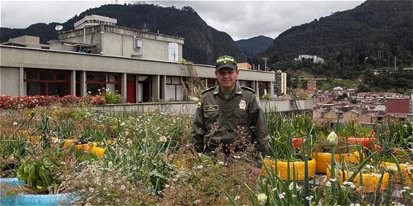 El mayor de la Policía Félix Andrés Vera inició la huerta con cavas de icopor, llantas y botellas plásticas que iban a terminar en el relleno sanitario de Doña Juana.