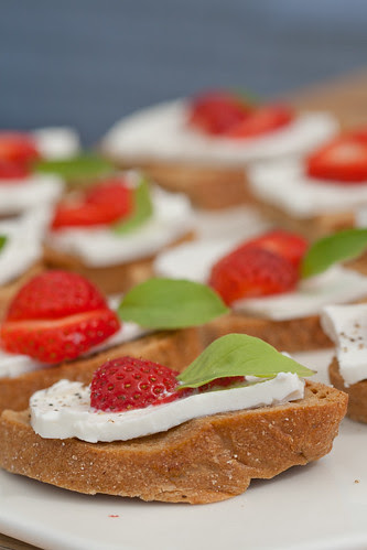 Strawberry and feta crostini / Feta-maasikaampsud