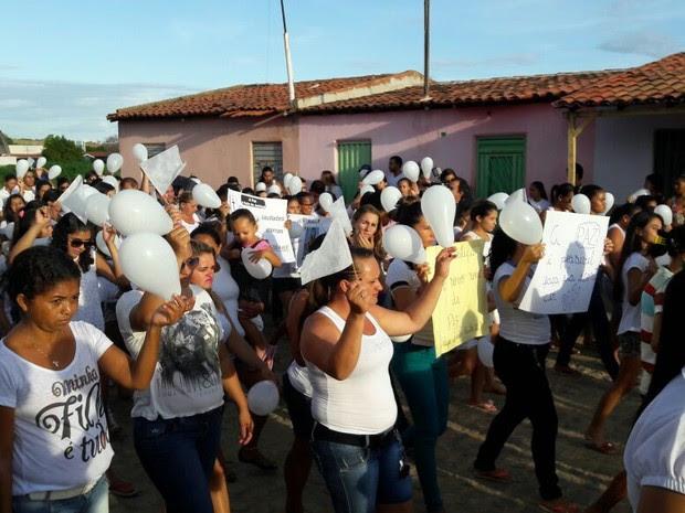 População de Santa Cruz vai as ruas pedir paz após assassinato de professora (Foto: Isa Mendes/ TV Grande Rio)
