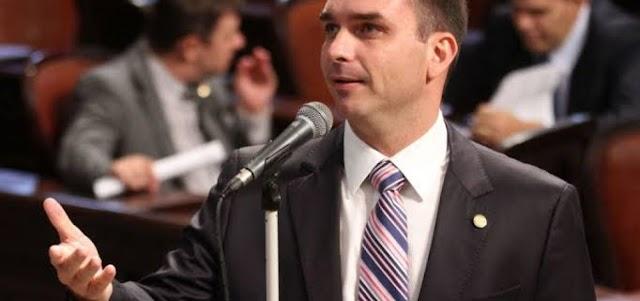 Juiz suspende investigação contra ex-assessor de Flávio Bolsonaro sobre vazamento da PF