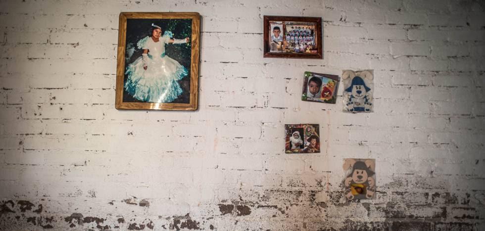 Una foto de la primera comunión de Carolina Hernández Sánchez, todavía cuelga de una pared de su habitación