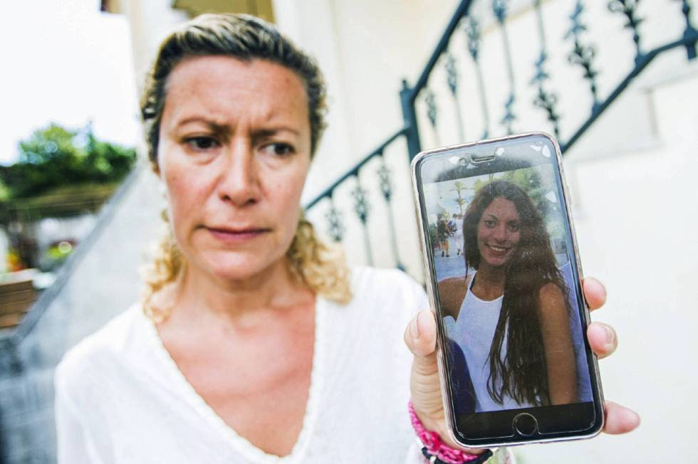 Diana López showing a picture of her missing daughter.