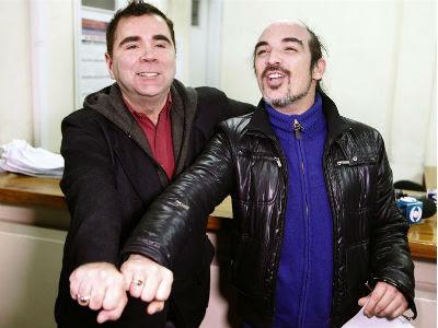 Rodrigo Borda y Sergio Miranda muestran sus anillos después de incribirse para contraer matrimonio en el Registro Civil uruguayo. -EFE