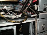 Plątania kabli zasilających w obudowie