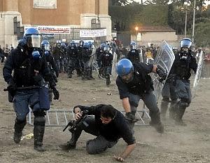 """La rabbia dei poliziotti sui forum web """"Perché niente cariche ai Black bloc?"""""""