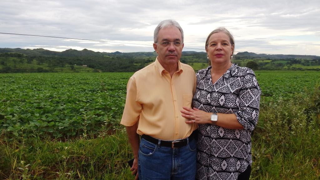 Rita de Cassia da Silva e eu na chegada da fazenda onde nasci e vivi vários anos em Alagoas, distrito de Patos de Minas, MG. Em 17.01.2014