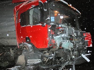 Автомобиль Toyota, который вел Александр, по неизвестным причинам пересек две сплошные линии и выехал на встречную полосу, где на крайней левой полосе встречного движения столкнулся с грузовиком, фактически подмявшим под себя всю машину.