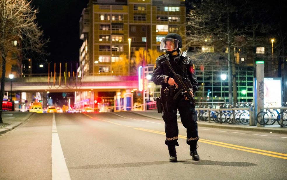 Policial monta guarda perto de uma estação de metrô em Oslo, na Noruega (Foto: Fredrik Varfjell / NTB Scanpix / via AP Photo)