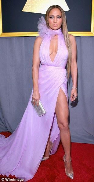 Aqui vêm as divas!  Jennifer Lopez, Adele e Rihanna dominaram o tapete vermelho na cerimônia anual 59 - ostentando muito diferente, mas igualmente impressionante como eles levam o chega ao Staples Center