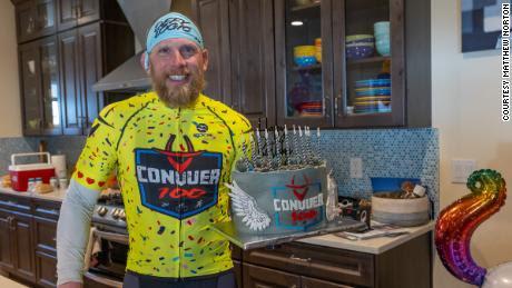 Lawrence celebró su 45 cumpleaños el mismo día en que completó 38 triatlones sucesivos.
