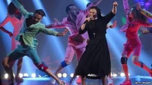 suor cristina balla sul palco