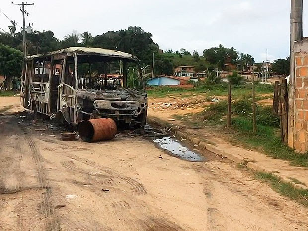 Ônibus incendiado em Simões Filho, na região metropolitana de Salvador (Foto: Reprodução/TV Bahia)