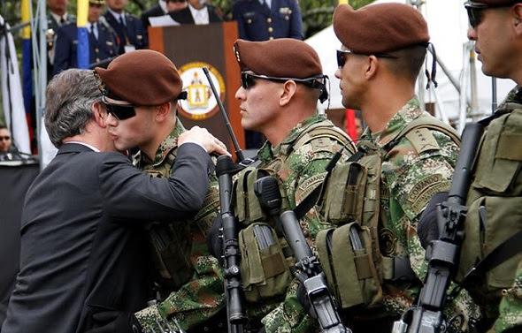 """Juan Manuel Santos y su esposa detuvieron el desfile militar para saludar y llenar de besos al """"comando"""" Esteban Santos"""