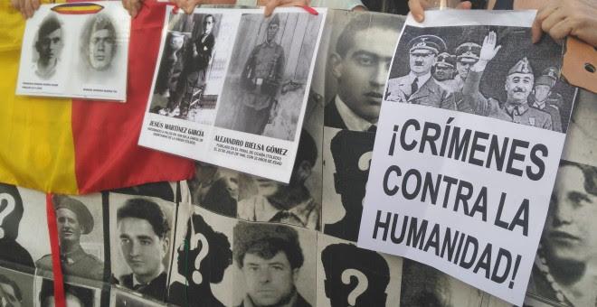 Pancarta de las victimas del Franquismo en la conmemoración al 18 de julio. / Julia González