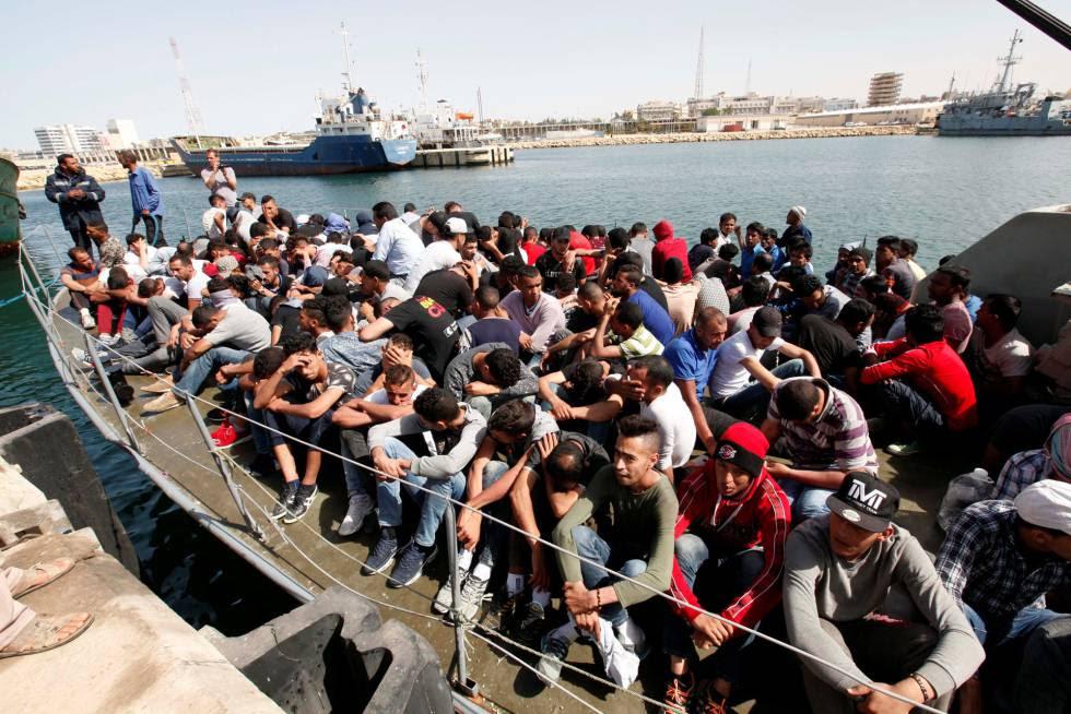 Emigrantes sin papeles interceptados por guardacostas libios son conducidos a una base naval de Trípoli el pasado 10 de mayo.