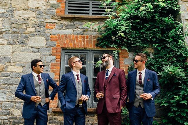Der Bräutigam trug einen schicken Burgund Anzug mit navy Band, und die Trauzeugen waren rocking Marine Anzüge mit Burgund Krawatte und grauer Weste