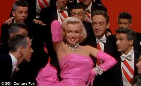 A coisa real: Diamonds Marilyn Monroe realizar são os melhores amigos da menina