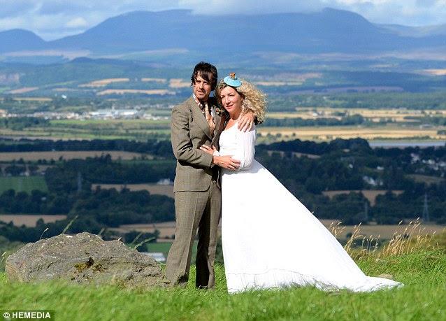 Georgina και Sid Innes στο σπίτι τους στο Inverness-shire σπίτι όπου ήταν παντρεμένοι, φορώντας τα ρούχα που φορούσαν την ημέρα του γάμου τους