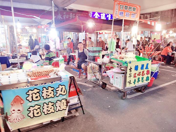 Raohe Night Market stalls